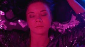 Симптомы передозировки наркотиков девушки партии страдая, лежащ на поле больном и чувствующем головокружение сток-видео