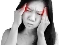 Симптом головной боли в женщине изолированной на белой предпосылке Clippi стоковое фото