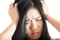Симптом головной боли в женщине изолированной на белой предпосылке Путь клиппирования на белой предпосылке стоковое фото rf