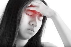 Симптом головной боли в женщине изолированной на белой предпосылке Путь клиппирования на белой предпосылке стоковая фотография