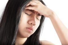 Симптом головной боли в женщине изолированной на белой предпосылке Путь клиппирования на белой предпосылке стоковое фото