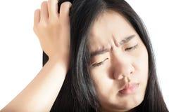 Симптом головной боли в женщине изолированной на белой предпосылке Путь клиппирования на белой предпосылке стоковое изображение rf