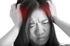Симптом головной боли в женщине изолированной на белой предпосылке Путь клиппирования на белой предпосылке стоковое изображение