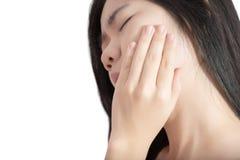 Симптом Toothache в женщине изолированной на белой предпосылке Путь клиппирования на белой предпосылке стоковое изображение
