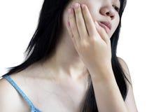 Симптом Toothache в женщине изолированной на белой предпосылке Clipp стоковые фото
