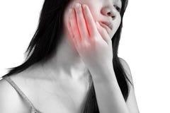 Симптом Toothache в женщине изолированной на белой предпосылке Clipp стоковое фото
