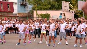 Симферополь, Крым 01 09 2015 Дети делая тренировки на линии школы