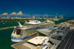 Симфонизм воздушного фото королевский карибский морей на порте Майами FL стоковое фото