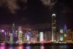 Симфонизм шоу лазера города Гонконга зданий небоскреба ориентира панорамы светов на гавани Виктория в городе Гонконга стоковые фото