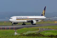 Сингапоре Аирлинес Боинг 777-300ER ездя на такси для отклонения на международном аэропорте Окленда Стоковое Фото