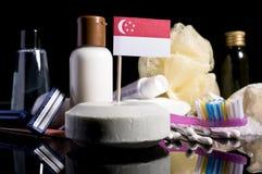 Сингапурский флаг в мыле с всеми продуктами для peopl Стоковое Изображение RF