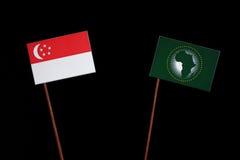 Сингапурский флаг с флагом Африканского Союза на черноте Стоковая Фотография RF