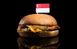 Сингапурский флаг na górze гамбургера на черноте Стоковые Фотографии RF