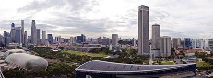 Сингапур 28 12 2008: Гостиница мандарина Марины формы города принятая горизонтом Стоковые Изображения