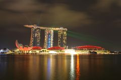 СИНГАПУР - 10,2016 -ГО АПРЕЛЬ: Горизонт Nightscape для песка залива на грехе Стоковое Фото
