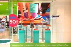 Сингапур: Дисплей обуви Crocs Стоковые Изображения
