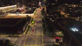 СИНГАПУР - июнь 2018: Взгляд сверху управлять автомобилями в городе на ноче съемка Красивый вид ночной жизни большого сток-видео