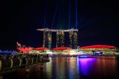 Сингапур на ноче и выставке лазера стоковые изображения rf