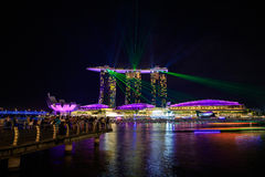 Сингапур на ноче и выставке лазера стоковые фотографии rf