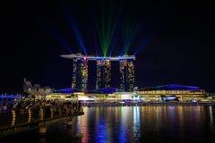 Сингапур на ноче и выставке лазера стоковое изображение rf