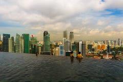 СИНГАПУР - 15-ОЕ АПРЕЛЯ: Бассейн на горизонте крыши и города Сингапура дальше Стоковое Фото