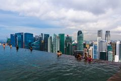 СИНГАПУР - 15-ОЕ АПРЕЛЯ: Бассейн на горизонте крыши и города Сингапура дальше Стоковое Изображение