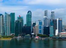 СИНГАПУР - 15-ОЕ АПРЕЛЯ: Горизонт и Марина города Сингапура преследуют на a Стоковые Изображения RF