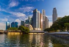 СИНГАПУР - 15-ОЕ АПРЕЛЯ: Горизонт и Марина города Сингапура преследуют на a Стоковое Изображение
