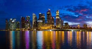 СИНГАПУР - 15-ОЕ АПРЕЛЯ: Горизонт и Марина города Сингапура преследуют на a Стоковые Фотографии RF