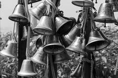 СИНГАПУР, 10-ое декабря 2017: Закройте вверх много красивых старых колоколов Стоковое Фото