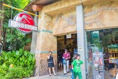 СИНГАПУР - 20-ОЕ ИЮЛЯ: Юрская тема парка в студиях Universal Si Стоковые Фотографии RF
