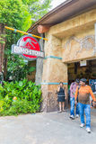 СИНГАПУР - 20-ОЕ ИЮЛЯ: Юрская тема парка в студиях Universal Si Стоковое Изображение RF