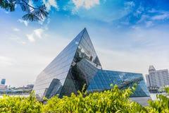 СИНГАПУР - 19-ОЕ ИЮНЯ: Avalon стоит вне драматически от wat Стоковая Фотография