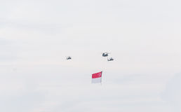 Сингапур 18-ое июля 2015: муха вертолета на небе для пятидесятого ann Стоковые Изображения RF
