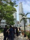 Сингапур 24-ое марта Длинная очередь посетителей оплачивая на последнем месте уважение к бывшему премьер-министру Лее Куан Ыеш ко стоковое фото rf