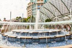 СИНГАПУР - 19-ое марта 2019: Озеро мечт, интегрирующ ядровые и световые эффекты, пиротехнику и воду стоковое изображение