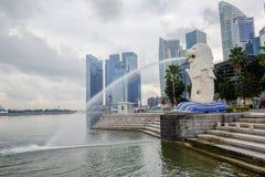 СИНГАПУР - 10-ое мая: Фонтан Merlion перед заливом Марины зашкурит гостиницу 10-ого мая 2014 в Сингапуре Merlion представлять Стоковое фото RF