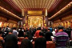 Сингапур, Сингапур - 20-ое ноября 2018: Worshippers молят на церемонии внутри виска священного зуба Будды стоковое фото rf