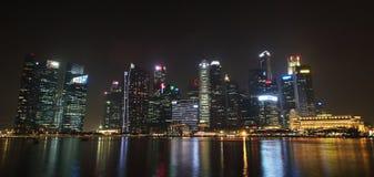 Сингапур - 12-ое октября 2015: Некоторые из 49 небоскребов над 140 метрами высокий которые можно найти в городе в заливе Марины Стоковая Фотография RF