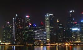 Сингапур - 12-ое октября 2015: Некоторые из 49 небоскребов над 140 метрами высокий которые можно найти в городе в заливе Марины Стоковое фото RF