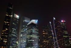 Сингапур - 12-ое октября 2015: Некоторые из 49 небоскребов над 140 метрами высокий которые можно найти в городе в заливе Марины Стоковое Изображение
