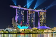Сингапур - 15-ое октября 2018: шоу лазера песков залива Марины вечером стоковые изображения