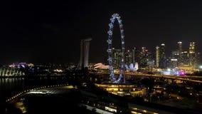 Сингапур - 25-ое сентября 2018: Горизонт города Сингапура вечером с рекой, пурпурные освещенное колесо Ferris и известный стоковые изображения rf