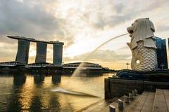 СИНГАПУР - 23-ЬЕ НОЯБРЯ 2016: силуэт статуи Merlion на m Стоковые Изображения RF