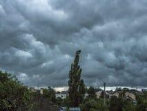 Синее бурное небо под домочадцами Справочная информация Стоковые Фотографии RF