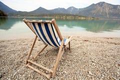 Сине-белый шезлонг на пляже Стоковые Изображения