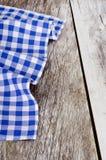 Сине-белая checkered скатерть в старое деревянном Стоковые Изображения