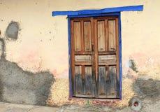 Сине-снабженная ободком деревянная дверь, Мексика стоковое фото rf