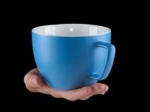 Сине- чашка цвета сини младенца - mug на черной предпосылке Стоковые Фото