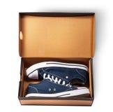 Синие ботинки спорт внутри картонной коробки Стоковая Фотография RF